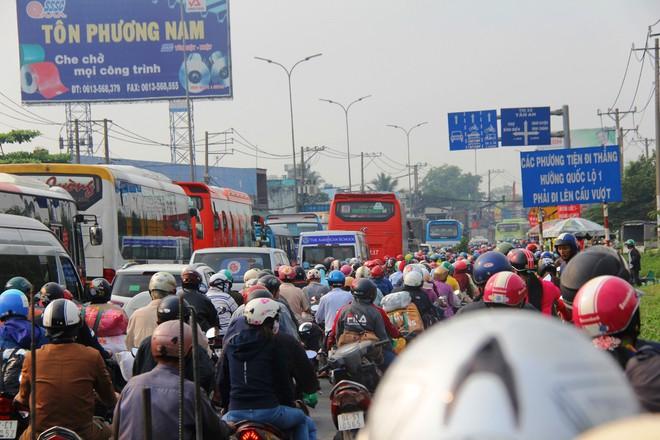 Ngày chủ nhật cuối cùng trong năm, người miền Tây ùn ùn về quê ăn Tết khiến Quốc lộ 1A kẹt cứng, xe nhích từng chút một để di chuyển - Ảnh 16.