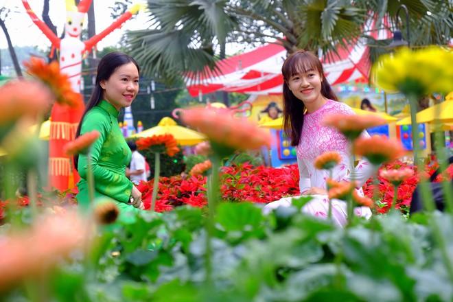 Sài Gòn khai màn hội hoa xuân, tiểu cảnh chó khổng lồ hút khách  - Ảnh 1.