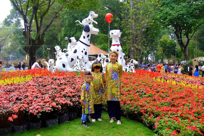 Sài Gòn khai màn hội hoa xuân, tiểu cảnh chó khổng lồ hút khách  - Ảnh 3.