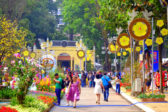 Sài Gòn khai màn hội hoa xuân, tiểu cảnh chó khổng lồ hút khách  - Ảnh 2.