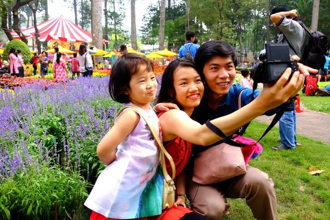 Sài Gòn khai màn hội hoa xuân, tiểu cảnh chó khổng lồ hút khách  - Ảnh 4.