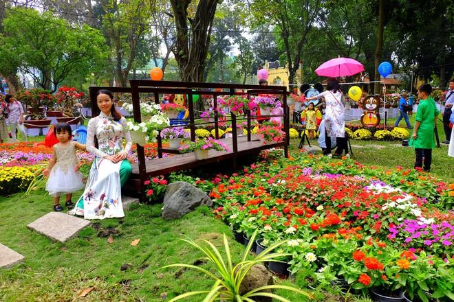 Sài Gòn khai màn hội hoa xuân, tiểu cảnh chó khổng lồ hút khách  - Ảnh 5.