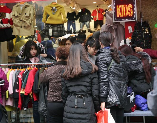 Hà Nội: Người dân ùn ùn tranh nhau mua quần áo giảm giá khiến đường phố tắc nghẽn - Ảnh 1.