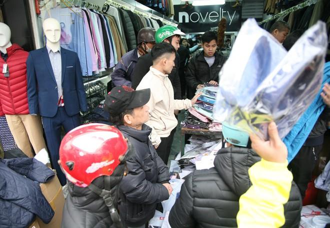 Hà Nội: Người dân ùn ùn tranh nhau mua quần áo giảm giá khiến đường phố tắc nghẽn - Ảnh 8.
