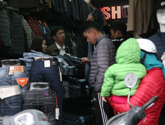 Hà Nội: Người dân ùn ùn tranh nhau mua quần áo giảm giá khiến đường phố tắc nghẽn - Ảnh 9.