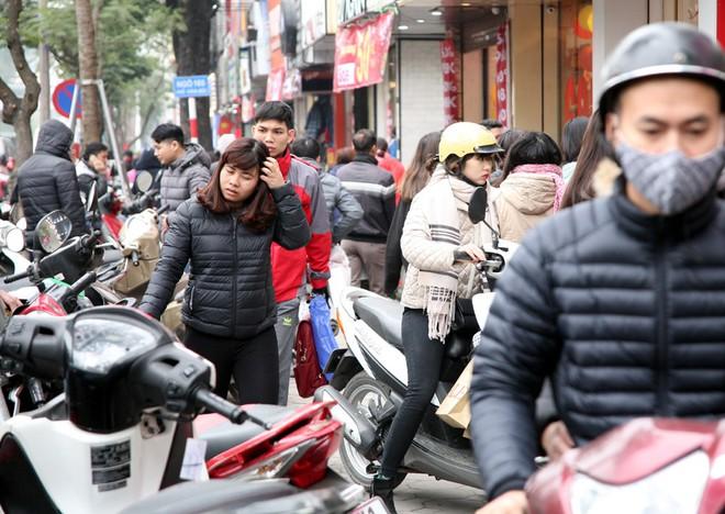Hà Nội: Người dân ùn ùn tranh nhau mua quần áo giảm giá khiến đường phố tắc nghẽn - Ảnh 10.