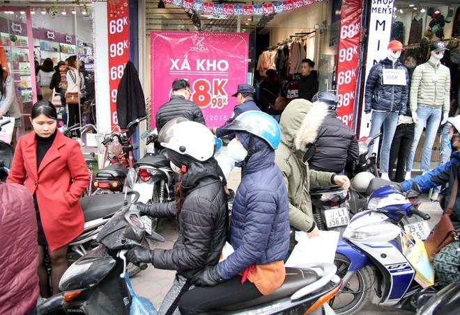 Hà Nội: Người dân ùn ùn tranh nhau mua quần áo giảm giá khiến đường phố tắc nghẽn - Ảnh 11.