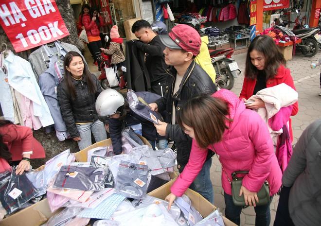 Hà Nội: Người dân ùn ùn tranh nhau mua quần áo giảm giá khiến đường phố tắc nghẽn - Ảnh 12.
