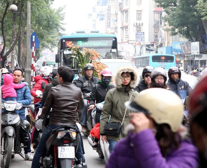 Hà Nội: Người dân ùn ùn tranh nhau mua quần áo giảm giá khiến đường phố tắc nghẽn - Ảnh 16.