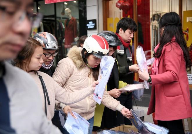 Hà Nội: Người dân ùn ùn tranh nhau mua quần áo giảm giá khiến đường phố tắc nghẽn - Ảnh 13.
