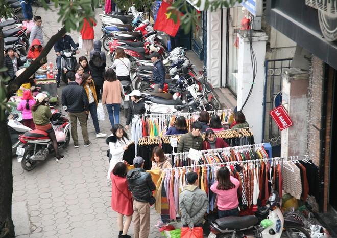 Hà Nội: Người dân ùn ùn tranh nhau mua quần áo giảm giá khiến đường phố tắc nghẽn - Ảnh 14.