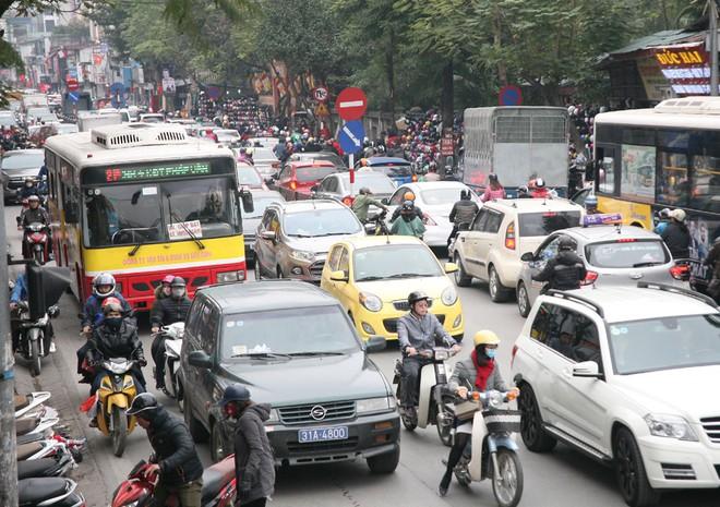 Hà Nội: Người dân ùn ùn tranh nhau mua quần áo giảm giá khiến đường phố tắc nghẽn - Ảnh 15.