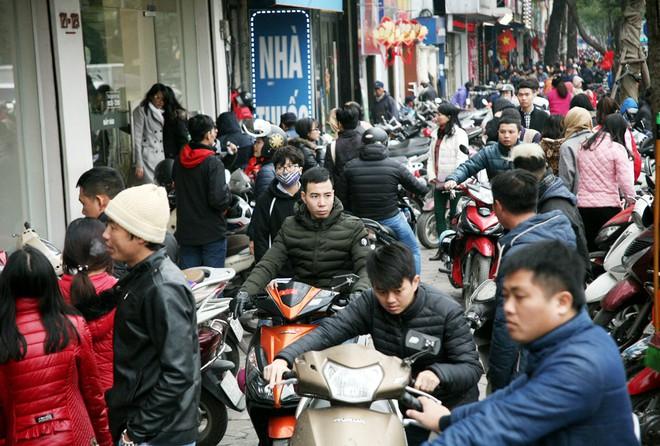 Hà Nội: Người dân ùn ùn tranh nhau mua quần áo giảm giá khiến đường phố tắc nghẽn - Ảnh 17.