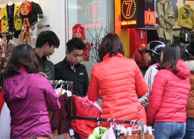 Hà Nội: Người dân ùn ùn tranh nhau mua quần áo giảm giá khiến đường phố tắc nghẽn - Ảnh 2.