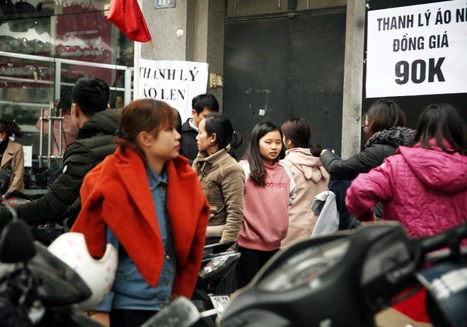 Hà Nội: Người dân ùn ùn tranh nhau mua quần áo giảm giá khiến đường phố tắc nghẽn - Ảnh 18.