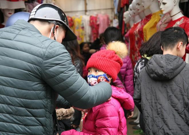 Hà Nội: Người dân ùn ùn tranh nhau mua quần áo giảm giá khiến đường phố tắc nghẽn - Ảnh 3.