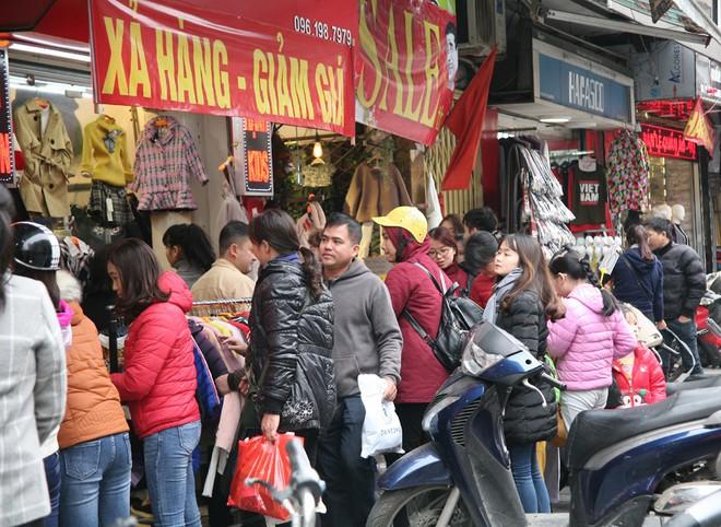 Hà Nội: Người dân ùn ùn tranh nhau mua quần áo giảm giá khiến đường phố tắc nghẽn - Ảnh 4.