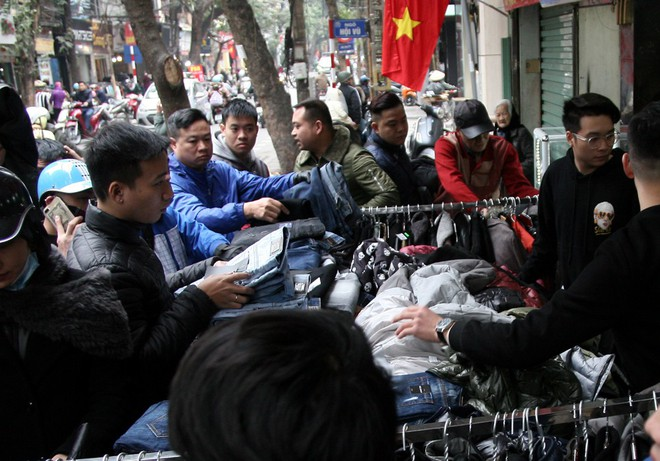 Hà Nội: Người dân ùn ùn tranh nhau mua quần áo giảm giá khiến đường phố tắc nghẽn - Ảnh 5.