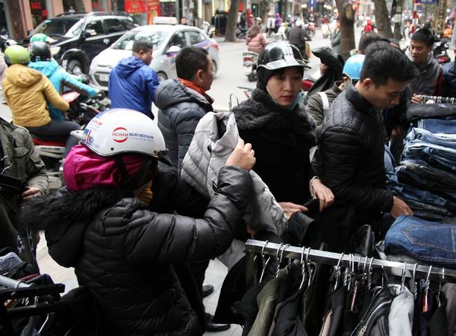 Hà Nội: Người dân ùn ùn tranh nhau mua quần áo giảm giá khiến đường phố tắc nghẽn - Ảnh 6.