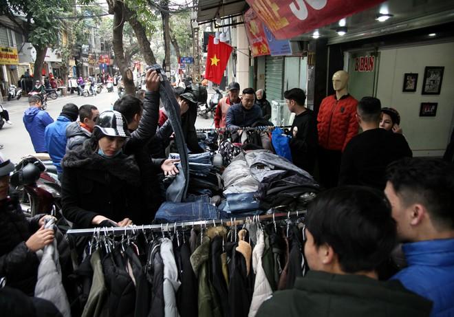 Hà Nội: Người dân ùn ùn tranh nhau mua quần áo giảm giá khiến đường phố tắc nghẽn - Ảnh 7.