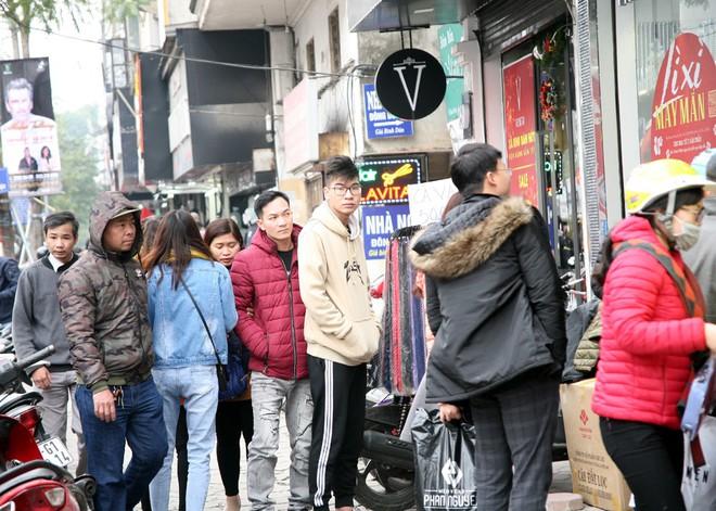 Hà Nội: Người dân ùn ùn tranh nhau mua quần áo giảm giá khiến đường phố tắc nghẽn - Ảnh 19.