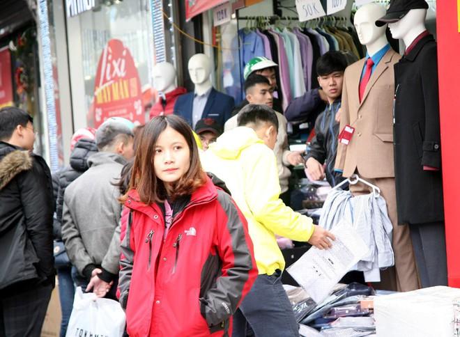 Hà Nội: Người dân ùn ùn tranh nhau mua quần áo giảm giá khiến đường phố tắc nghẽn - Ảnh 20.
