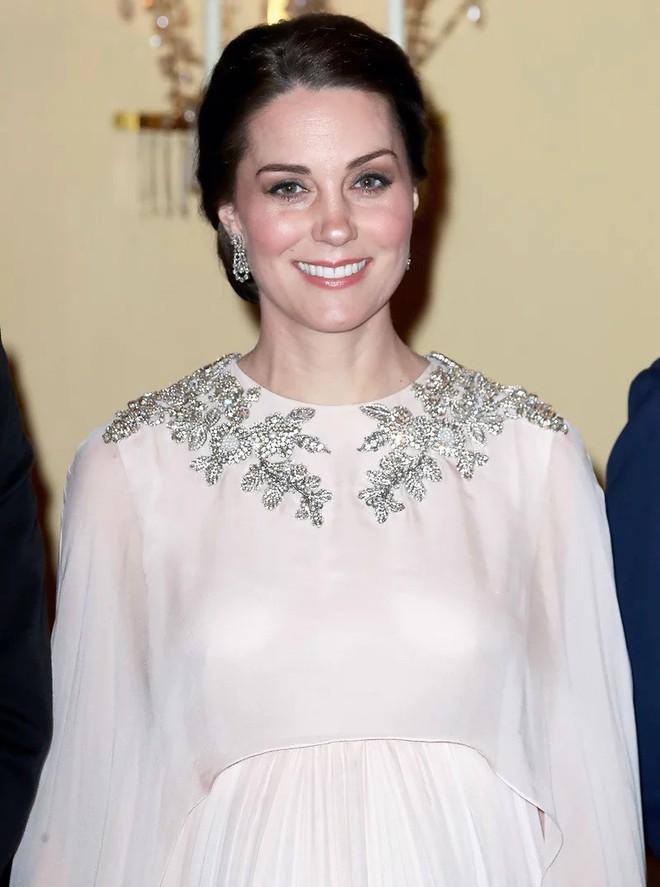 Công nương Kate Middleton cũng khủng hoảng với việc chọn trang phục đi dự sự kiện sao cho phù hợp - Ảnh 1.