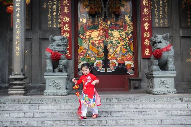 Ngắm Cô Ba Sài Gòn nhí xúng xính áo dài, guốc mộc lên chùa cầu an đầu xuân - Ảnh 10.