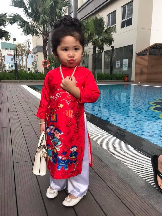 Ngắm Cô Ba Sài Gòn nhí xúng xính áo dài, guốc mộc lên chùa cầu an đầu xuân - Ảnh 13.