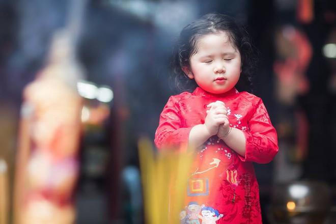 Ngắm Cô Ba Sài Gòn nhí xúng xính áo dài, guốc mộc lên chùa cầu an đầu xuân - Ảnh 12.