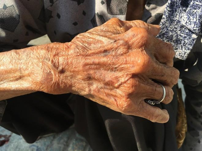 27 Tết, bà cụ ve chai vẫn miệt mài mưu sinh ở Sài Gòn mong đủ tiền mua gạo đón năm mới - Ảnh 5.