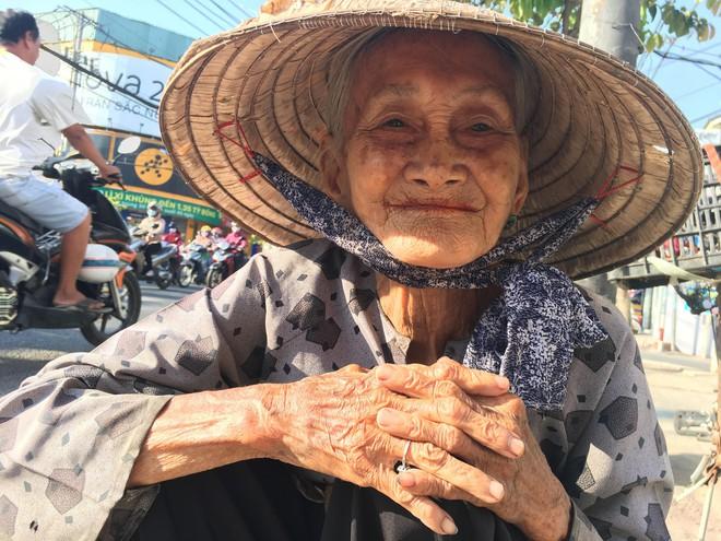 27 Tết, bà cụ ve chai vẫn miệt mài mưu sinh ở Sài Gòn mong đủ tiền mua gạo đón năm mới - Ảnh 6.