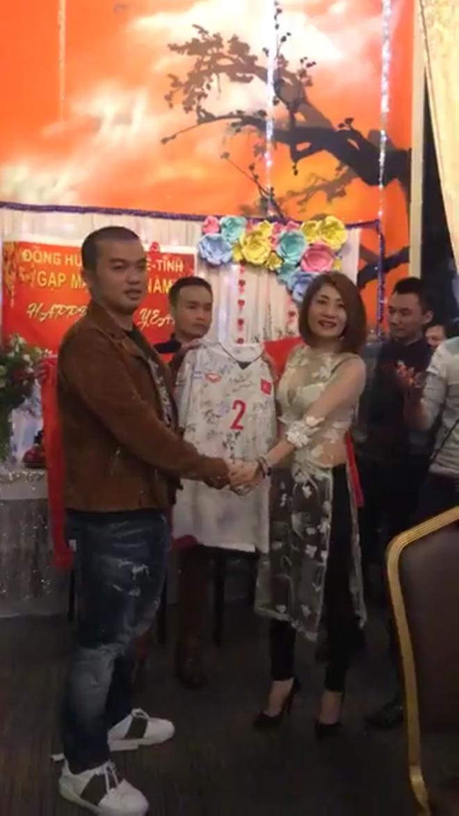 Chiếc áo cầu thủ số 2 của Phạm Xuân Mạnh có đầy đủ chữ ký của đội tuyển U23 Việt Nam được đấu giá 330 triệu đồng - Ảnh 2.