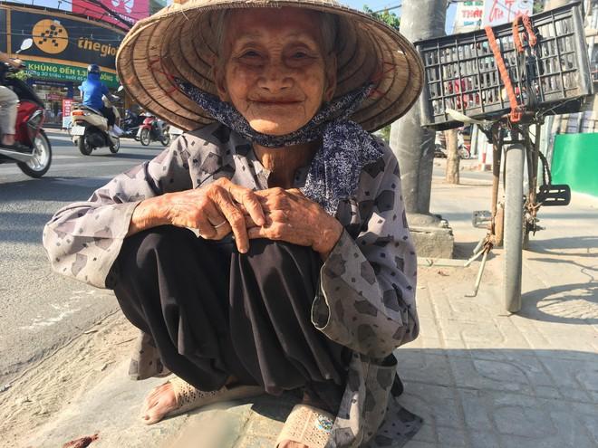 27 Tết, bà cụ ve chai vẫn miệt mài mưu sinh ở Sài Gòn mong đủ tiền mua gạo đón năm mới - Ảnh 2.