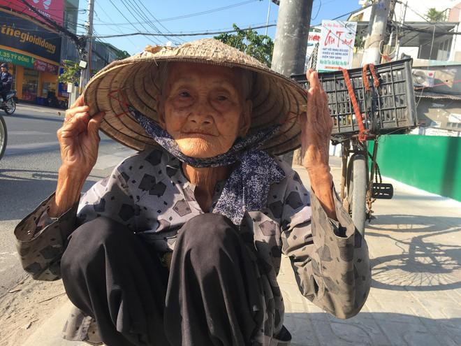 27 Tết, bà cụ ve chai vẫn miệt mài mưu sinh ở Sài Gòn mong đủ tiền mua gạo đón năm mới - Ảnh 3.
