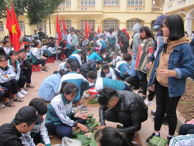 Hàng ngàn học sinh tự gói bánh chưng gửi tâm tình vào Tết yêu thương - Ảnh 1.