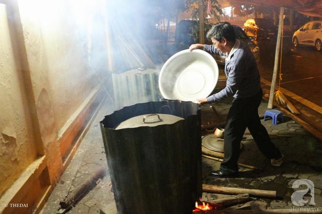 Chuẩn bị cho ngày Tết,  người thành phố rủ nhau nấu bánh chưng ngay ngoài vỉa hè - Ảnh 10.