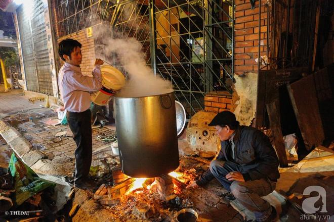 Chuẩn bị cho ngày Tết,  người thành phố rủ nhau nấu bánh chưng ngay ngoài vỉa hè - Ảnh 5.