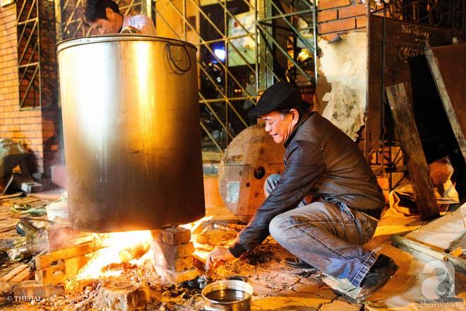 Chuẩn bị cho ngày Tết,  người thành phố rủ nhau nấu bánh chưng ngay ngoài vỉa hè - Ảnh 4.