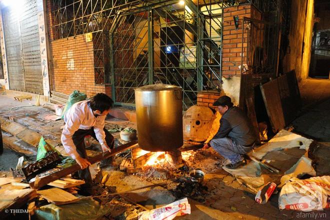 Chuẩn bị cho ngày Tết,  người thành phố rủ nhau nấu bánh chưng ngay ngoài vỉa hè - Ảnh 3.