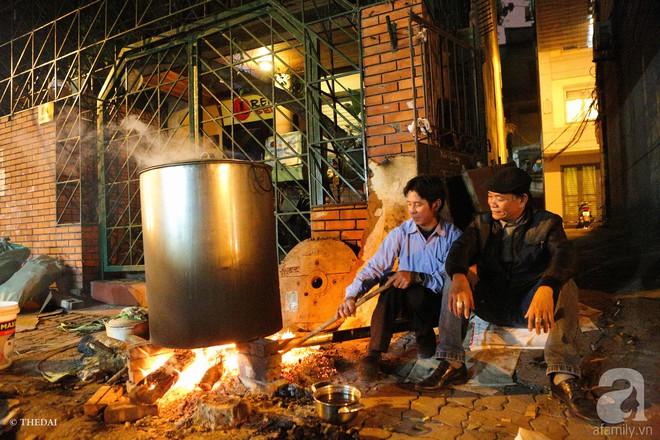 Chuẩn bị cho ngày Tết,  người thành phố rủ nhau nấu bánh chưng ngay ngoài vỉa hè - Ảnh 2.