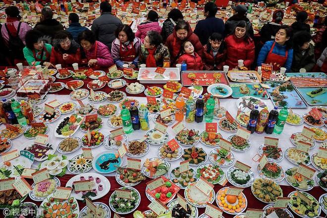 """Choáng trước bữa tiệc tất niên """"khổng lồ"""" với 13.200 món ăn đầy màu sắc chỉ nhìn thôi cũng đã đủ no  - Ảnh 1."""