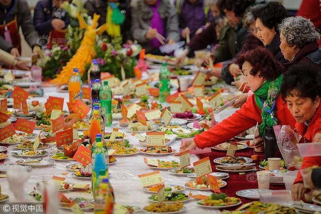 """Choáng trước bữa tiệc tất niên """"khổng lồ"""" với 13.200 món ăn đầy màu sắc chỉ nhìn thôi cũng đã đủ no  - Ảnh 2."""