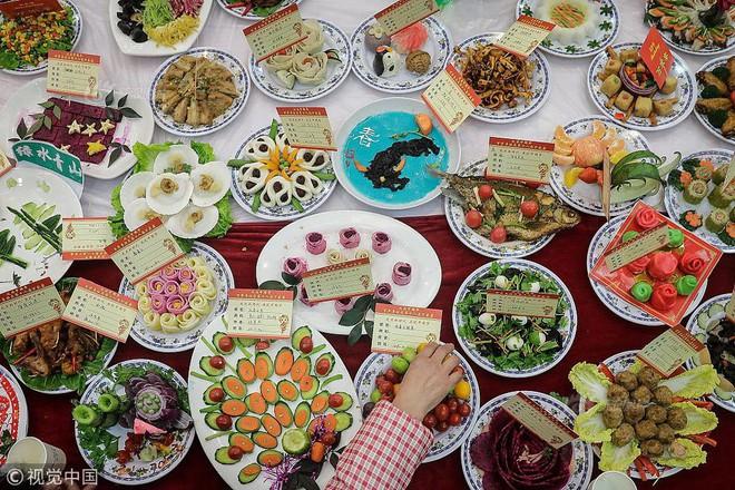 """Choáng trước bữa tiệc tất niên """"khổng lồ"""" với 13.200 món ăn đầy màu sắc chỉ nhìn thôi cũng đã đủ no  - Ảnh 3."""