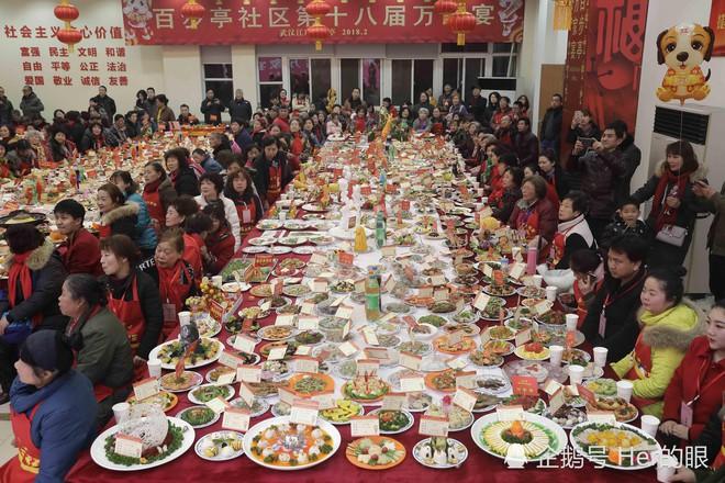 """Choáng trước bữa tiệc tất niên """"khổng lồ"""" với 13.200 món ăn đầy màu sắc chỉ nhìn thôi cũng đã đủ no  - Ảnh 8."""
