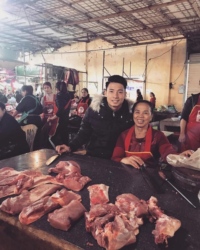 Các cầu thủ U23 về quê ăn Tết cùng gia đình: Bùi Tiến Dũng ra chợ bán thịt lợn cùng mẹ, Xuân Trường cặm cụi gói bánh tét - Ảnh 1.