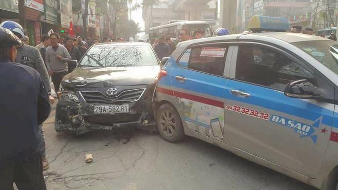 Hà Nội: Xe điên gây tai nạn liên hoàn, nhiều người đang về ăn Tết phải nhập viện - Ảnh 1.