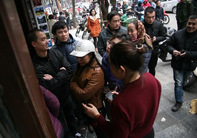 Hà Nội: Hàng trăm người rồng rắn xếp hàng mua bánh chưng, giò chả ăn Tết - Ảnh 1.