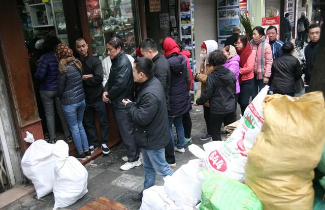 Hà Nội: Hàng trăm người rồng rắn xếp hàng mua bánh chưng, giò chả ăn Tết - Ảnh 5.