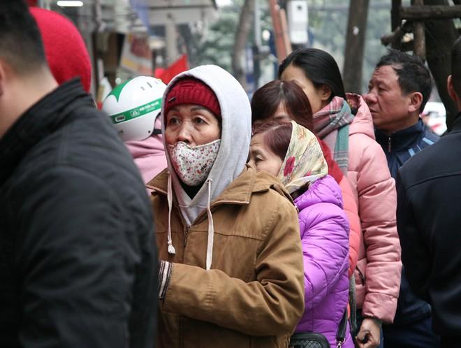 Hà Nội: Hàng trăm người rồng rắn xếp hàng mua bánh chưng, giò chả ăn Tết - Ảnh 6.